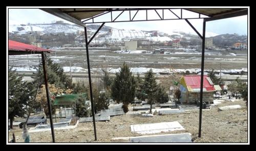 چشم انداز گورستان و منطقه از مزار شهید جعفر کاظمی