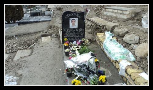 ادای احترام مردم به مزار بدون سنگ شهید جعفر کاظمی